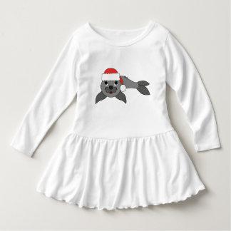 クリスマスの赤いサンタの帽子が付いている灰色の子どものアシカ ドレス
