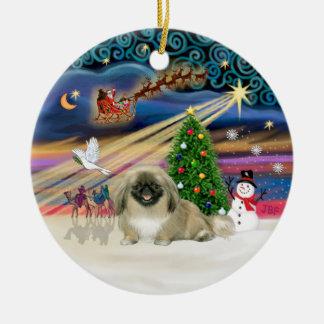 クリスマスの魔法- Pekingese (軽いクロテン) セラミックオーナメント