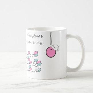 クリスマスは早く来ました! 妊娠したマグ コーヒーマグカップ