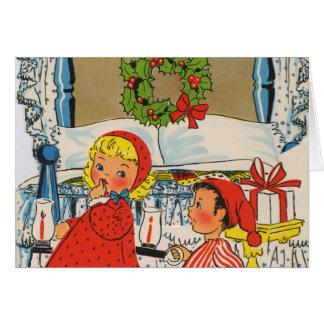 クリスマスイブでつま先で歩いている子供 カード