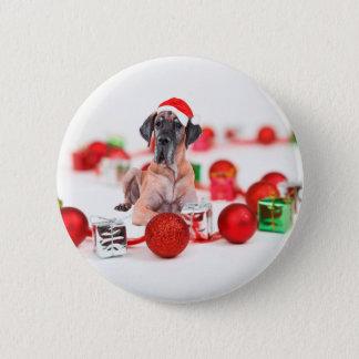 クリスマスオーナメントのギフトを持つグレートデーン犬 5.7CM 丸型バッジ