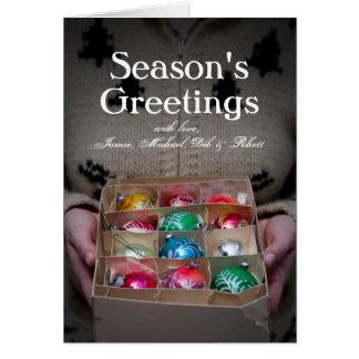 クリスマスオーナメントの箱を握っている女性 カード