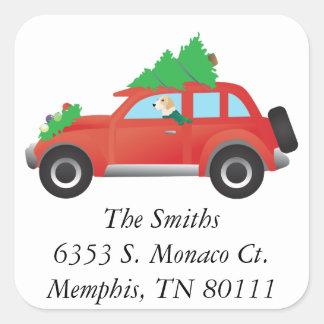 クリスマスツリーが付いている車を運転しているイングリッシュ・フォックスハウンド犬 スクエアシール