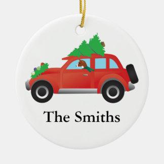 クリスマスツリーが付いている車を運転しているBasenjiのハウンドドッグ セラミックオーナメント