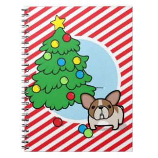 クリスマスツリーとの子鹿雑色のFrenchieはの縞で飾ります ノートブック