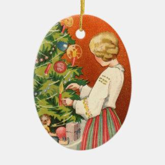 クリスマスツリーのオーナメントのエストニア語の女の子 陶器製卵型オーナメント