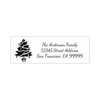 クリスマスツリーの花輪-住所スタンプにインクをしみ込ませている自己 セルフインキングスタンプ