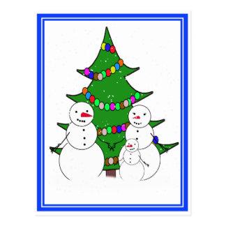クリスマスツリー家族が付いている雪だるま ポストカード