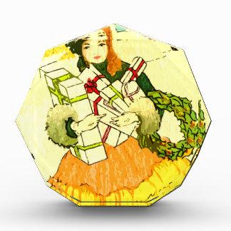 クリスマスプレゼントの完全な彼女の腕を搭載する女性 表彰盾