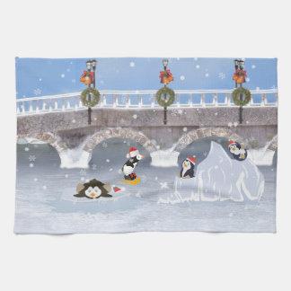 クリスマス、凍結する湖のよくはしゃぐなペンギン キッチンタオル