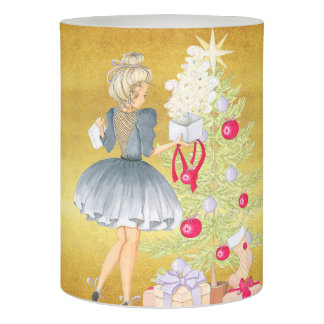クリスマス-木を飾っているブロンドの女性の魔法 LEDキャンドル