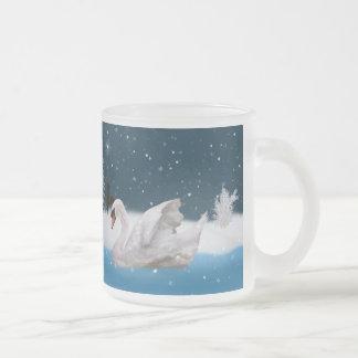 クリスマス、湖の白鳥とのSnowy夜 フロストグラスマグカップ