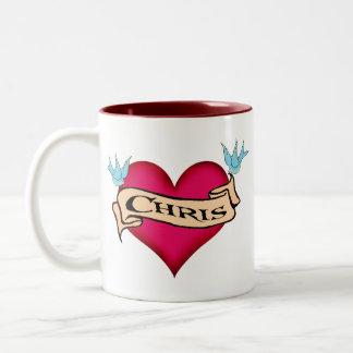 クリス-カスタムなハートの入れ墨のTシャツ及びギフト ツートーンマグカップ
