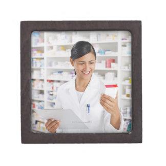 クリップボードを握るドラッグストアの薬剤師 ギフトボックス