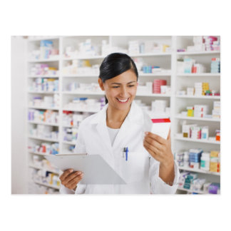 クリップボードを握るドラッグストアの薬剤師 ポストカード