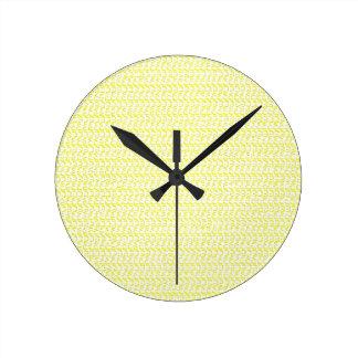 クリーミーで黄色い織り方の網の一見 ラウンド壁時計