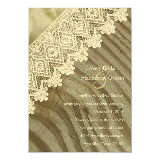 クリーミーなヴィンテージのレースの木製の斜めの結婚式の招待 カード