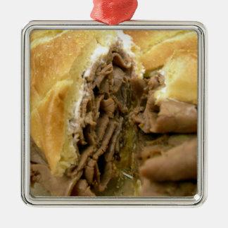 クリーミーな羊乳チーズが付いているローストビーフサンドイッチ メタルオーナメント