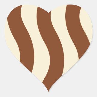 クリームおよびブラウンの波は縞で飾ります ハートシール