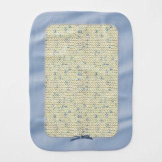 クリームおよび青いヤーンが付いている手のニットのガーター編み バープクロス