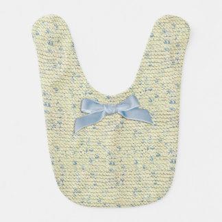 クリームおよび青いヤーンが付いている手のニットのガーター編み ベビービブ