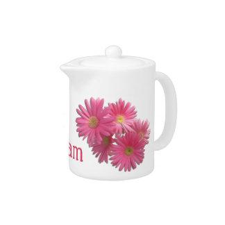 クリームかティーポット-暗いピンクのガーベラのデイジー