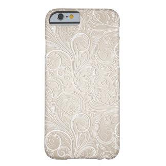 クリームがかった白及び金ゴールドの花のペイズリーの渦巻 BARELY THERE iPhone 6 ケース