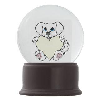クリーム色のハートのバレンタインデーのかわいく白い犬 スノーグローブ