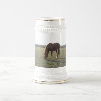 クリ色の馬を牧草を食べること ビールジョッキ