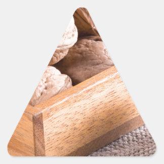 クルミのマクロ眺めは木箱で閉まります 三角形シール