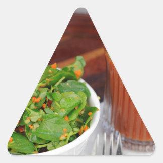 クレソンサラダに服を着せるショウガのにんじんのトマト 三角形シール