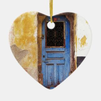 クレタ、ギリシャの美しく素朴で古く青いドア セラミックオーナメント
