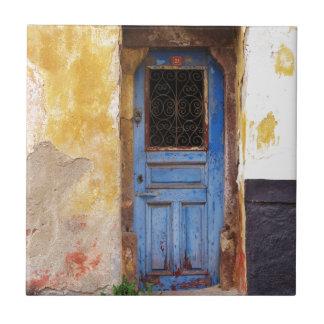 クレタ、ギリシャの美しく素朴で古く青いドア タイル