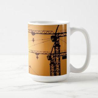 クレーンとの日没。 ドハ、カタール コーヒーマグカップ