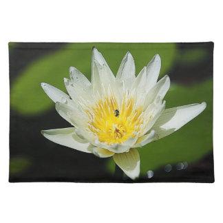 クローズアップの白濁水ユリの花および蜂のランチョンマット ランチョンマット