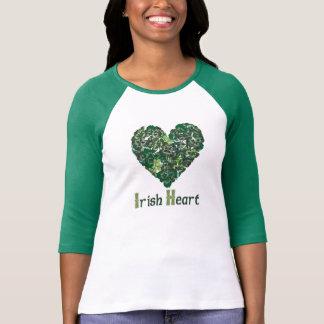 クローバーのアイルランドのハート Tシャツ