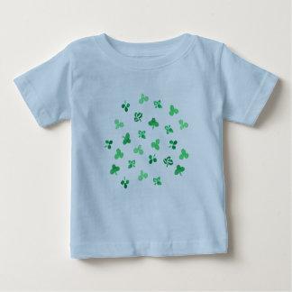 クローバーの葉が付いている赤ん坊のTシャツ ベビーTシャツ