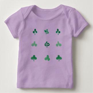 クローバーの葉のベビーのラップのTシャツ ベビーTシャツ