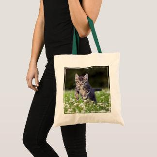 クローバーを通る子ネコのランニング トートバッグ