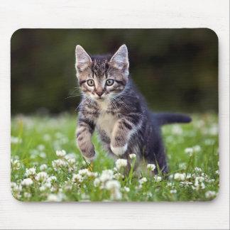 クローバーを通る子ネコのランニング マウスパッド