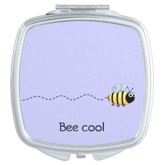クールでかわいい蜂の漫画のしゃれの紫色