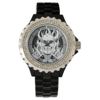 クールでクラシックな白黒の入れ墨のスカルの炎用具 腕時計