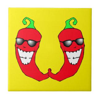 クールで赤いチリペッパーの熱い人間の形をしたタイル タイル