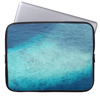 クールで青い海のモルディブの白い砂の礁湖のカスタム ラップトップスリーブ