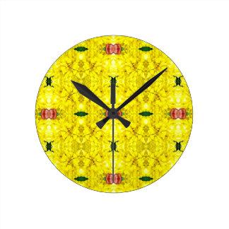 クールで黄色く赤くモダンな種族パターン ラウンド壁時計