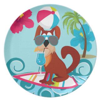 クールなサーファー犬のサーフボードの夏のビーチのパーティーのおもしろい プレート