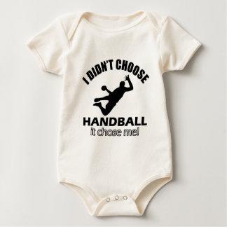 クールなハンドボールのデザイン ベビーボディスーツ