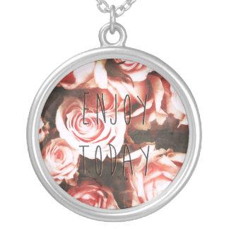 """クールなヴィンテージのバラは""""今日楽しみます"""" シルバープレートネックレス"""
