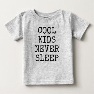クールな子供は決しておもしろいな男の赤ちゃんのワイシャツ眠りません ベビーTシャツ