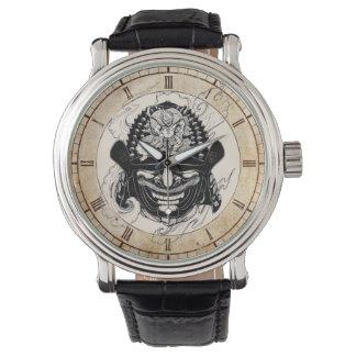クールな武士の鬼のマスクの舵輪の入れ墨 腕時計
